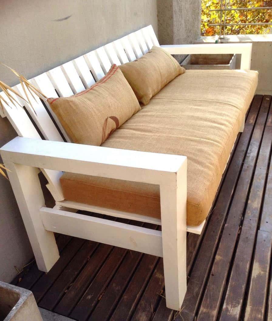 C mo hacer un sill n con pallets y almohadones de tela de arpillera blog - Hacer sillones con palets ...