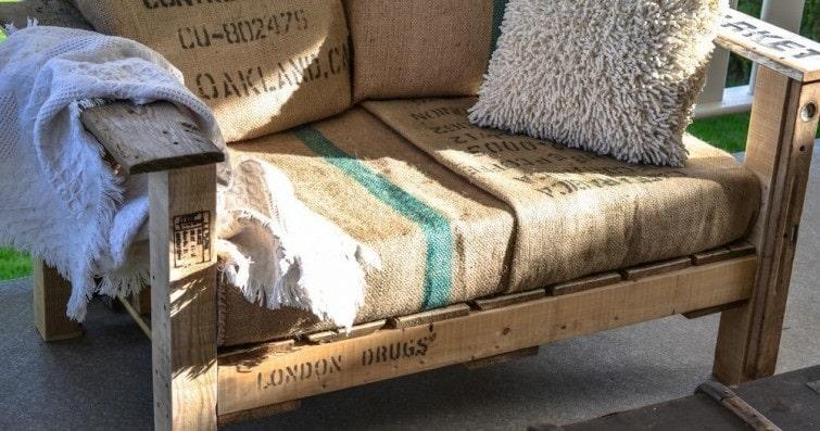 C mo hacer un sill n con pallets y almohadones de tela de - Telas rusticas para sofas ...