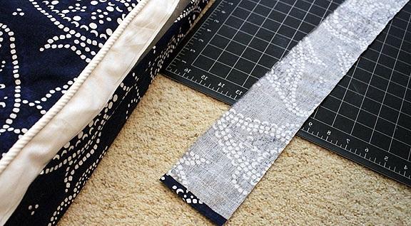 decorar con telas una funda para almohadon de tela para sillon