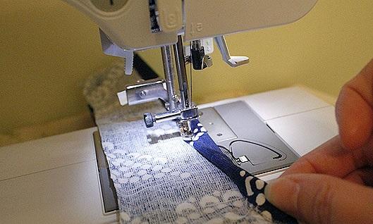 costura de dobladillo sobre tela para funda de almohadon de sillon
