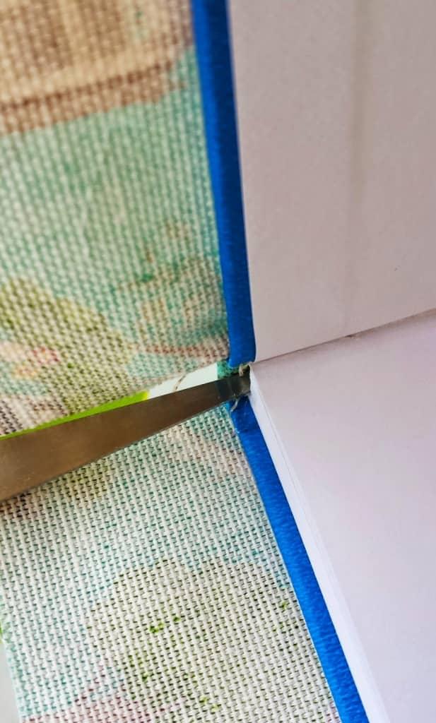 excedente de la tela del lomo del cuaderno