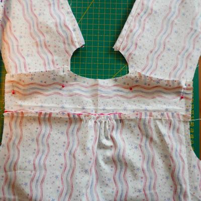 unión de patas delanteras a la espalda de tela