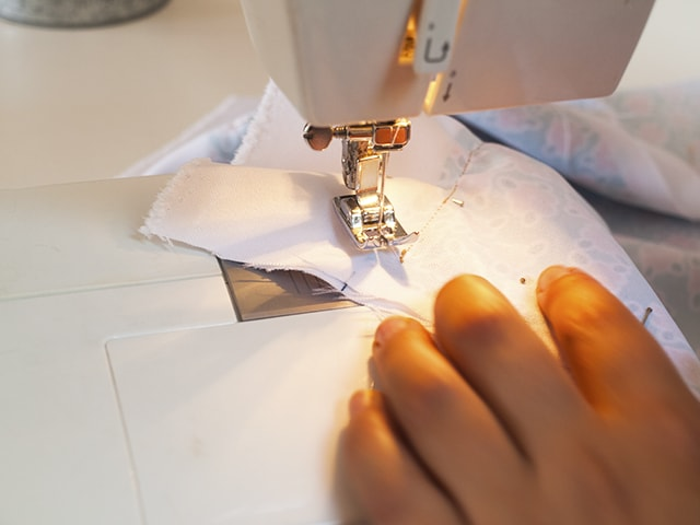 costura final de almohadón de tela para embarazada