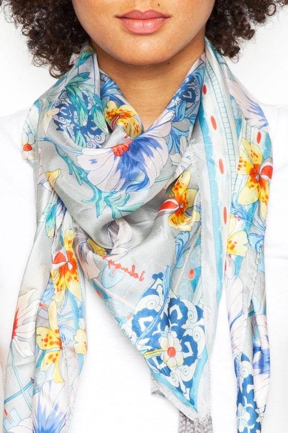 pañuelo de tela hecho con gasa estampada