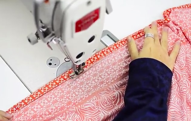 costura del primer dobladillo para pareo de tela