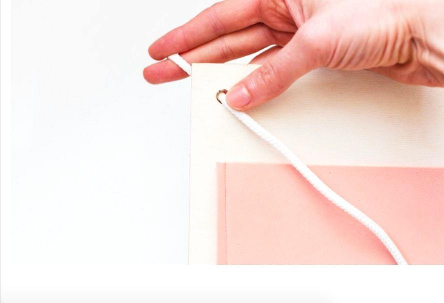 colocación de cordón a la madera del organizador de tela