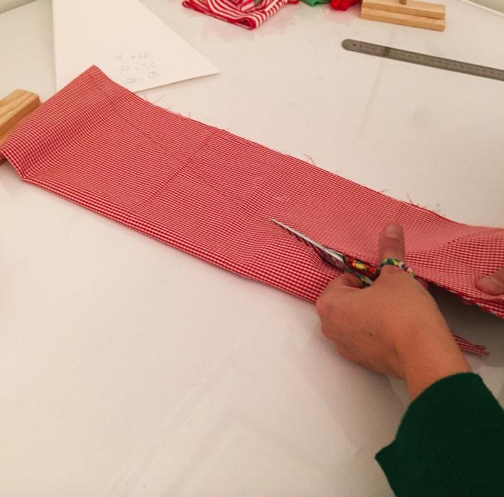 corte de triangulo sobre la tela para arbol