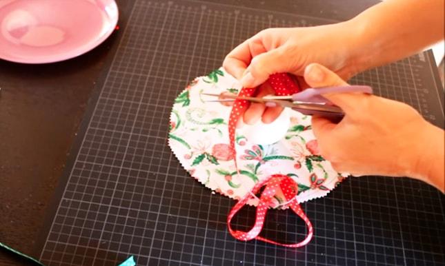 corte de cinta decorativa para adorno navideño de tela