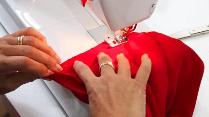 costura de tela de las mangas a la blusa