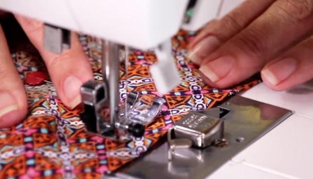 costura de la primer parte del dobladillo para short de tela