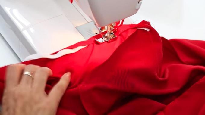 introducción de elastico en la tela de la parte inferior de la blua