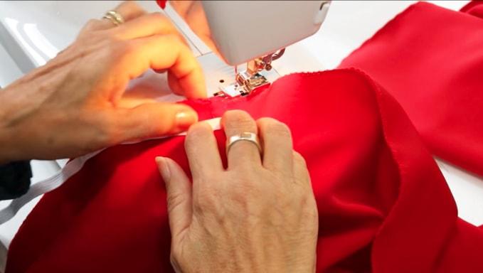 introduccion del elastico en la tela de la parte superior para blusa