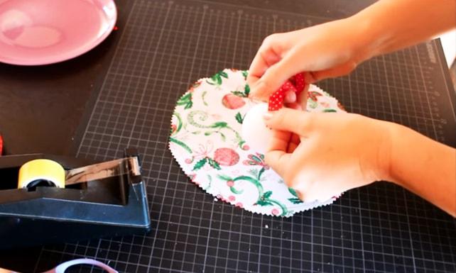 pegado de cinta decorativa para adorno navideño de tela