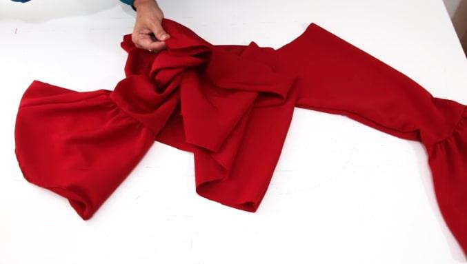 unión de tela de las mangas a la blusa