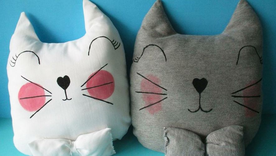 almohadón de tela con forma de gato terminado