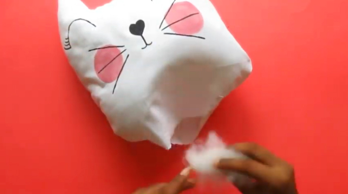 colocación de relleno para almohadón de tela con forma de gato