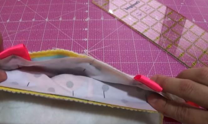 colocación de cinta para bolsita de tela de cuna