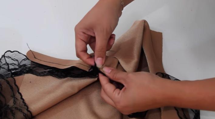 colocación del encaje en laterales izquierdos del escote de blusa lencera de tela