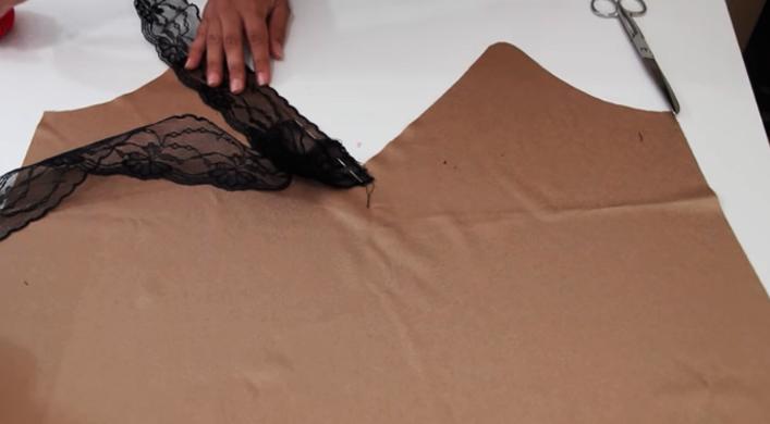 colocación del encaje para escote de blusa lencera de tela