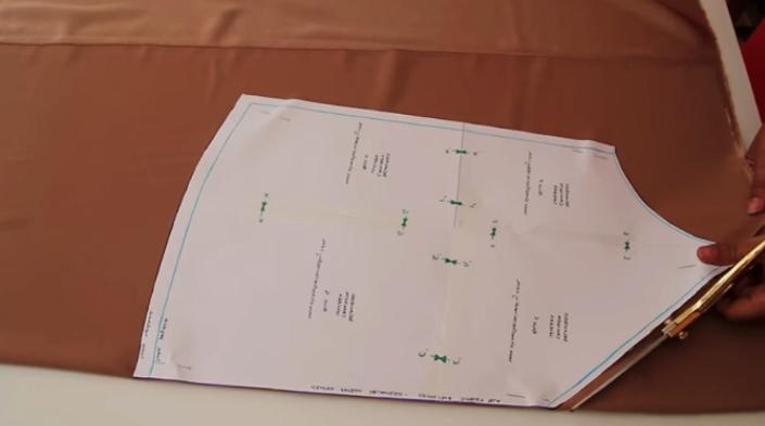 corte de tela del patrones para la parte delantera de blusa lencera de tela