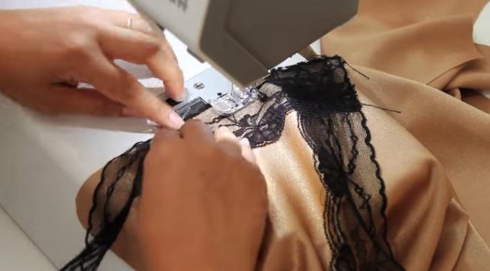 costura del encaje al lateral derecho del escote de blusa lencera de tela