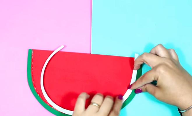 pegado de telas con la tecera tela para cartuchera en forma de sandia