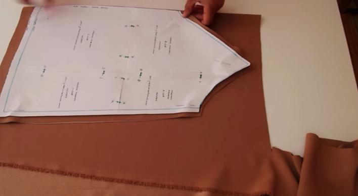 realización de plantilla para la parte de espalda para blusa lencera de tela