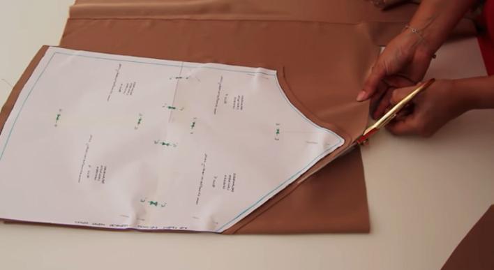 realización de plantilla para la parte delantera de blusa lencera de tela