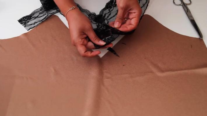 unión de encaje en el escote de blusa lencera de tela