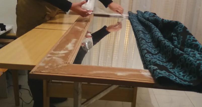 colocación de pegamento en marco dercho para espejo con tela