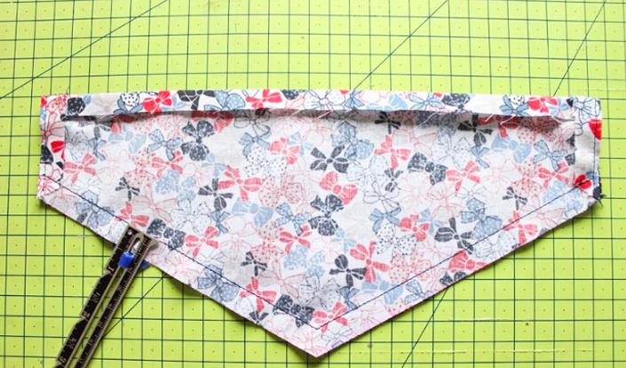 costura de dobladillo para bandana de tela para mascota