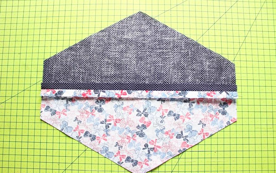 planchado de costura de la parte superior de bandana para mascota