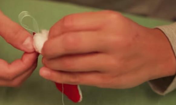 colocación de relleno para huevo de pascua de tela