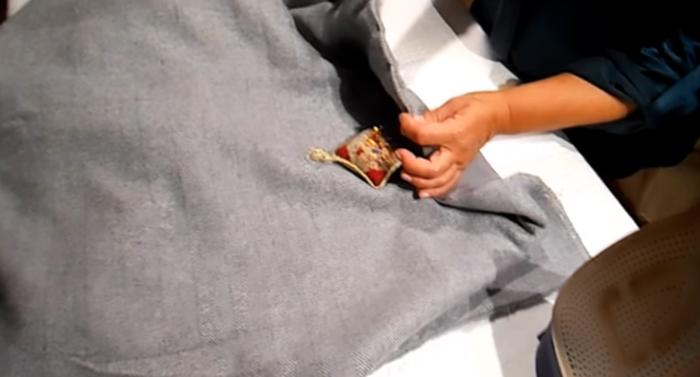 realización de costura final para pie de cama de tela