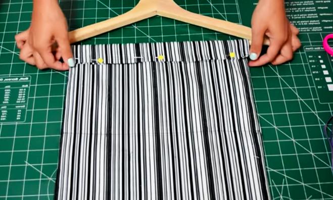 realización de dobladillo para la parte superior de la tela para organizador de zapatos