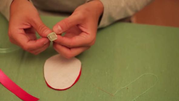 realización de enganche para huevo de pascua de tela