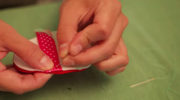 unión de cintas a figura para huevo de pascua de tela