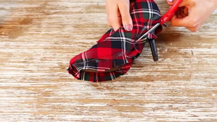 colocación sellador acrílico para renovación de zapatos en tela