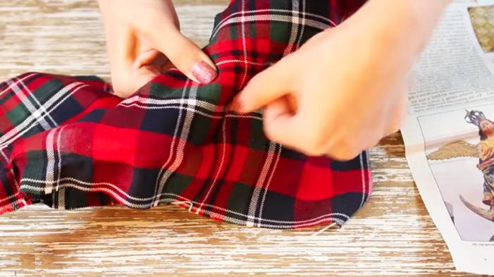colocación de zapato de lado derecho para renovación de zapatos en tela