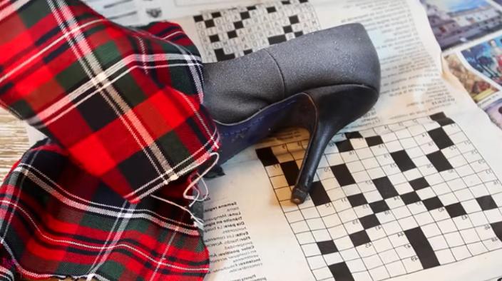 colocación de zapato de lado izquierdo para renovación de zapatos en tela