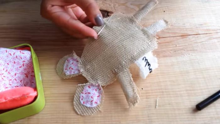 costura de cuerpo para ratoncito de tela