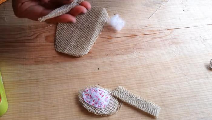 costura y relleno de pies y manos para ratoncito de tela