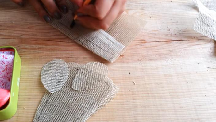 realización de pies y manos para ratoncito de tela