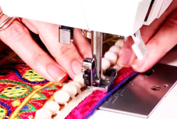 costura de cinta de bies a tela para renovación de jean