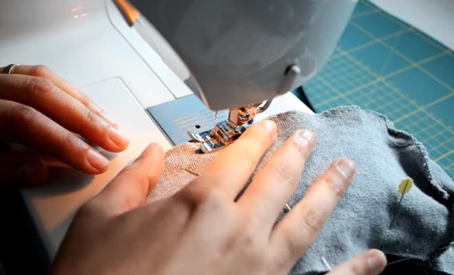 costura de parte delantera con piezas de tela para medias