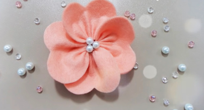 flor de tela para decoración terminada