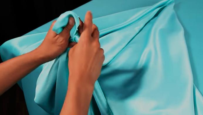 realización de nudo en tela para mantel