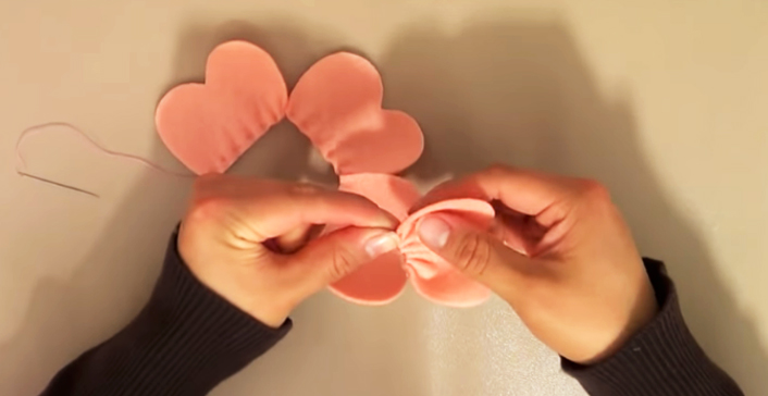 unión de piezas de tela para flor