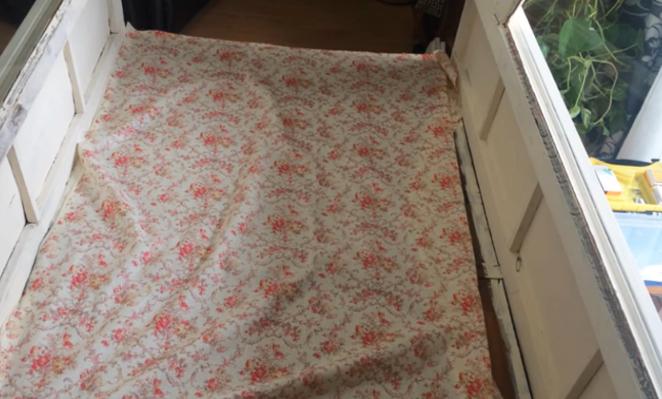 acomodamiento de tela en la parte trasera del mueble para restauración
