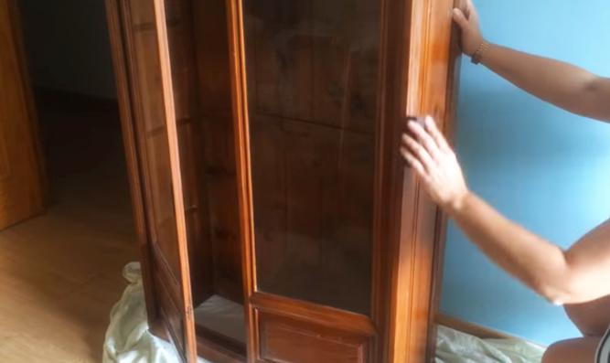 lijado de mueble para restauración con tela